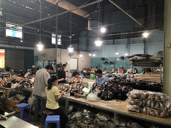 Nguồn giày dép từ xưởng gia công trong nước