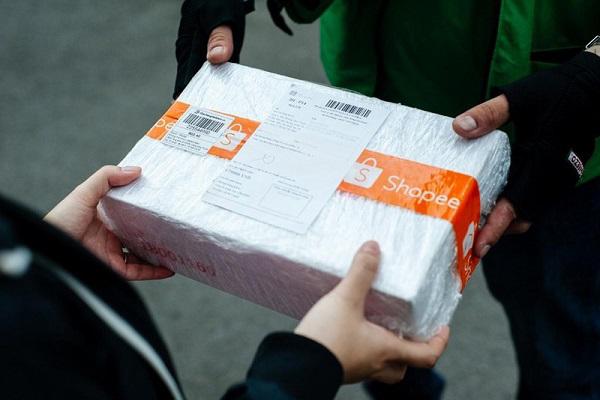 đóng gói là một trong những bước quan trọng khi bán hàng shopee