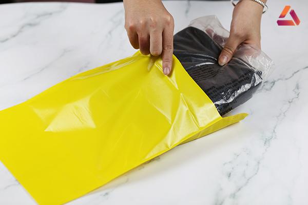 Đóng gói quần áo bằng túi màu vàng
