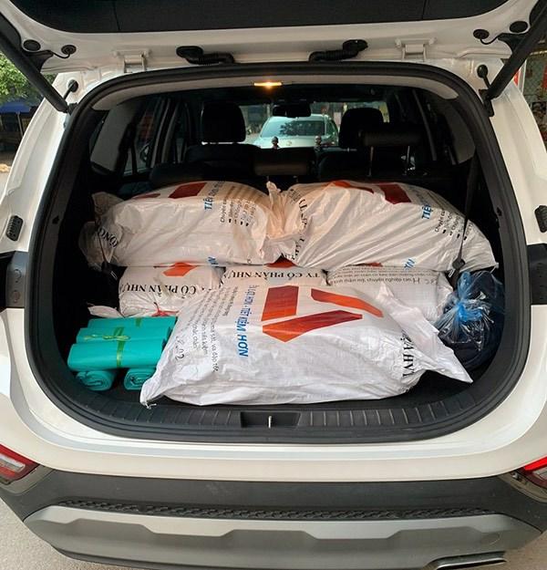 Xe vận chuyển túi gói hàng từ kho đến chi nhánh bán hàng